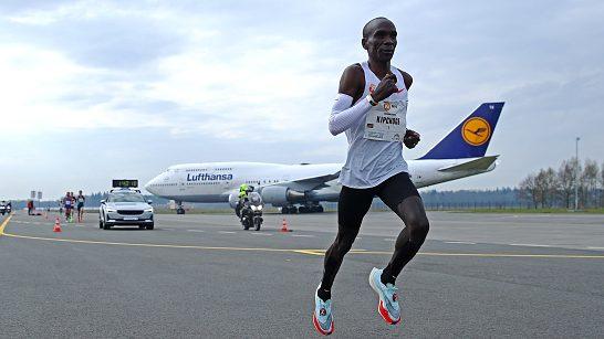 Grande ritorno di Eliud Kipchoge: vittoria nella maratona all'aeroporto di Twente