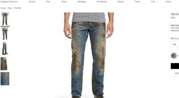 I jeans macchiati di fango costano 418 euro: bufera sul web, ma c'è un motivo dietro
