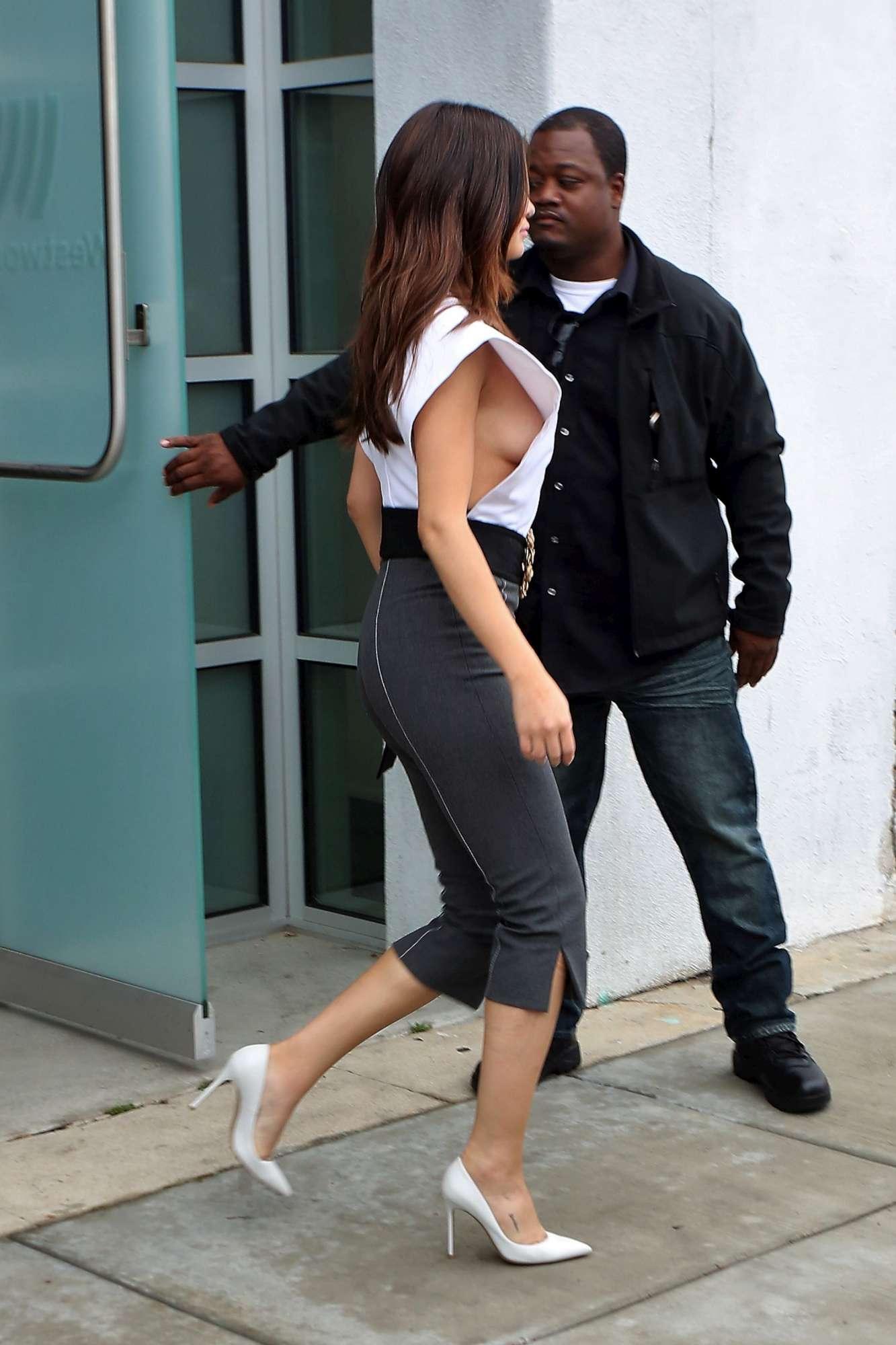 Selena Gomez, sideboob per le vie di Los Angeles