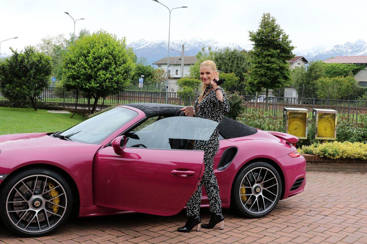 Michelle Hunziker sulla Porsche e Tomaso Trussardi in Ferrari: sfida fra supercar
