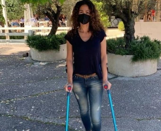 Samantha De Grenet con le stampelle su Instagram: ecco perché