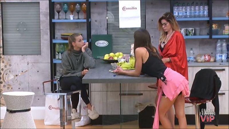 """""""Grande Fratello Vip"""", Carmen contro Simona: """"Non devi toccare la famiglia"""""""