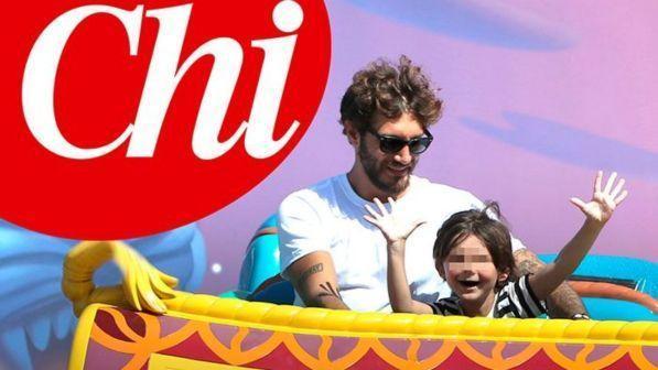 Stefano De Martino super papà dopo l'Isola, gita a Disneyland Paris col piccolo Santiago