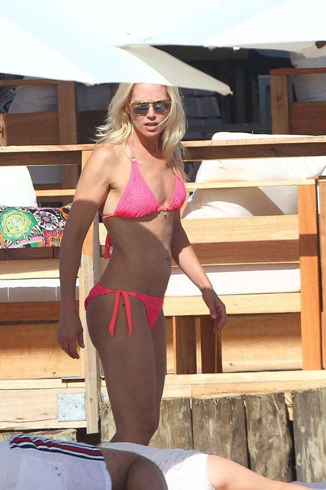 Valeria Mazza, sexy al mare a 42 anni