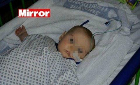 Cambia il pannolino della figlioletta di 5 mesi e fa una scoperta choc