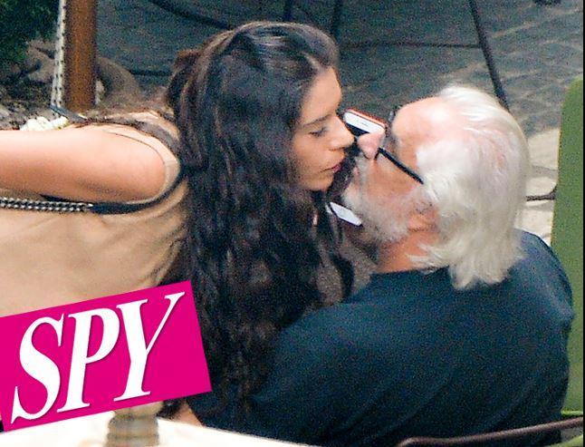 Flavio Briatore dimentica Elisabetta con una mora... e c'è anche il bacio