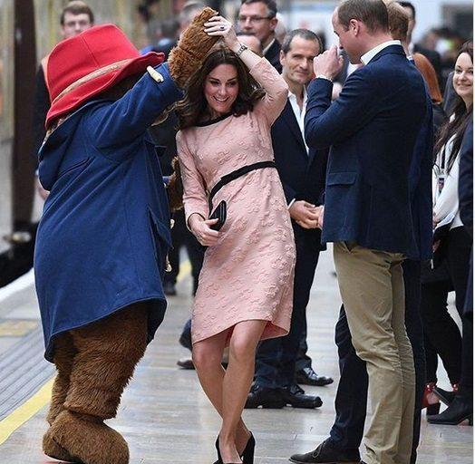 Kate Middleton e il tenero ballo con l'orso, ma ai fan non sfugge il particolare sulla gravidanza...