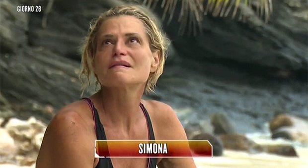 Simona Ventura all'Isola dei Famosi, la conduttrice naufraga corre in aiuto di Paola Caruso