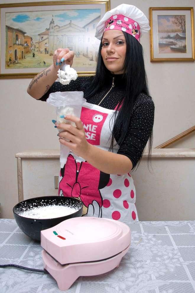 """Mia Cellini, dopo l'addio al fidanzato si """"consola"""" con i cupcake su Youtube"""