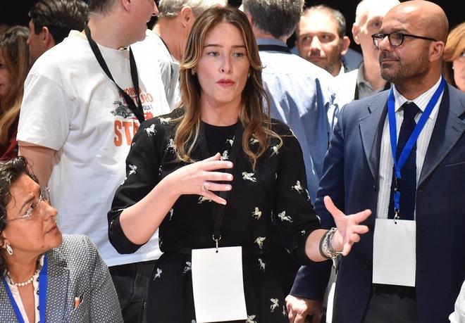 Maria Elena Boschi, look aggressivo e stivali sopra la coscia. E su Twitter scoppia la polemica