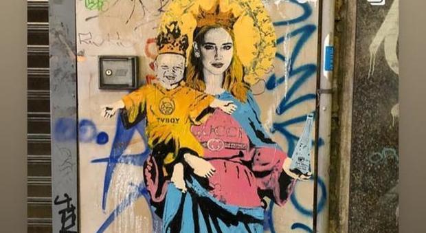 Chiara Ferragni e il piccolo Leone come Maria e Gesù in un murale a Milano