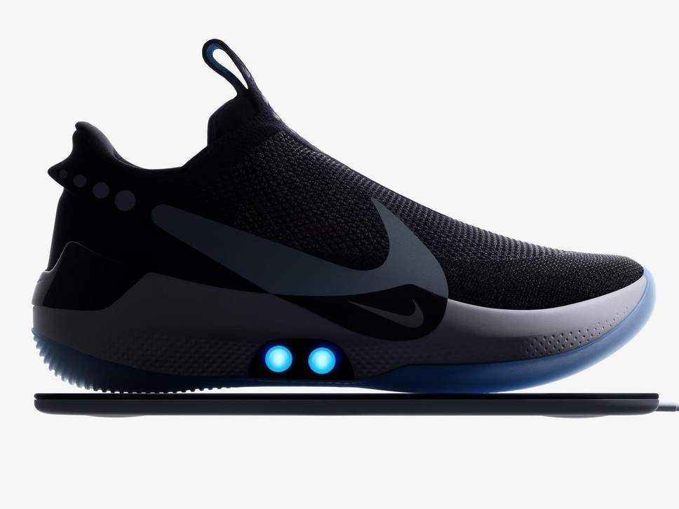 Nike inventa la scarpa connessa allo smartphone: si allaccia da sola