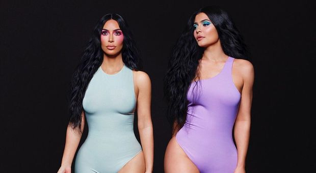 Kim Kardashian posa insieme a Kylie Jenner, ma qualcosa non va: «Hai esagerato con Photoshop»