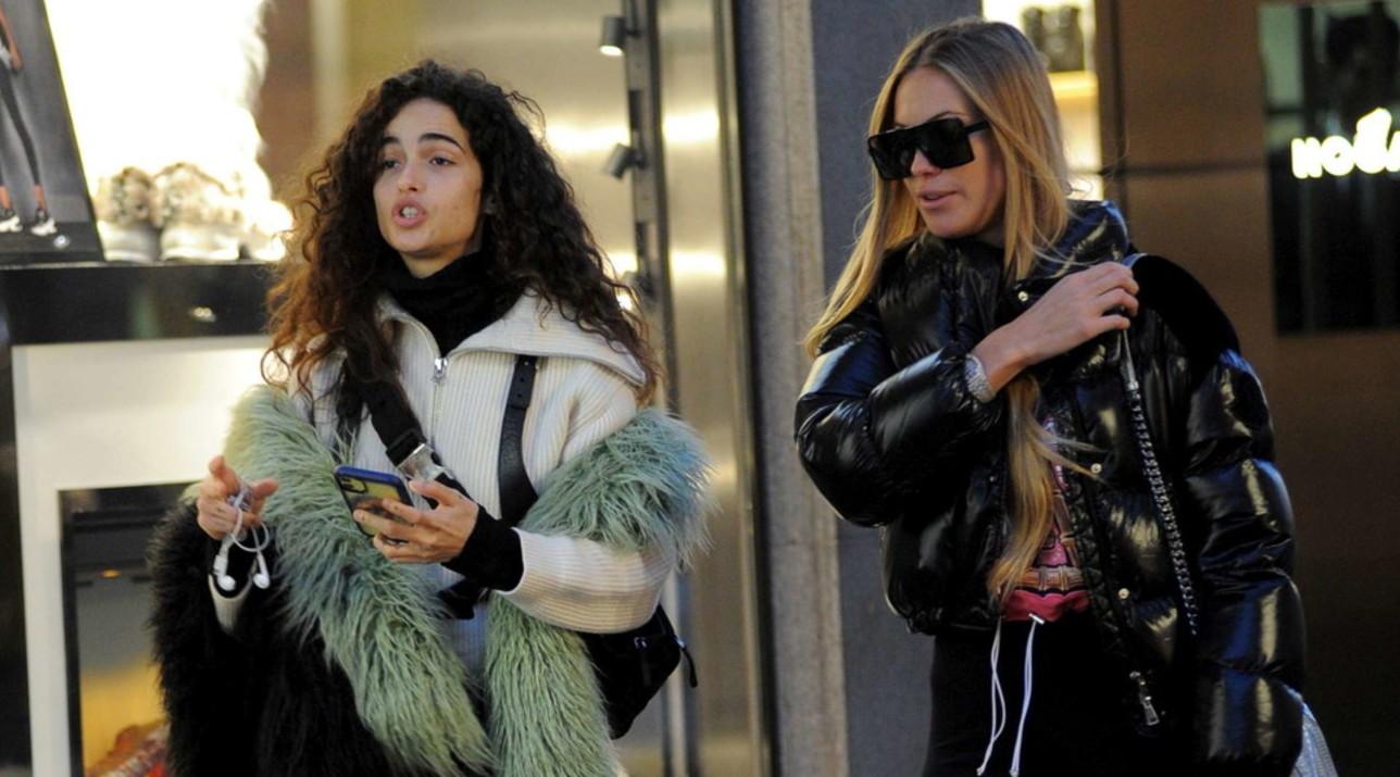 Taylor Mega e Chiara Scelsi fanno shopping tutte imbacuccate