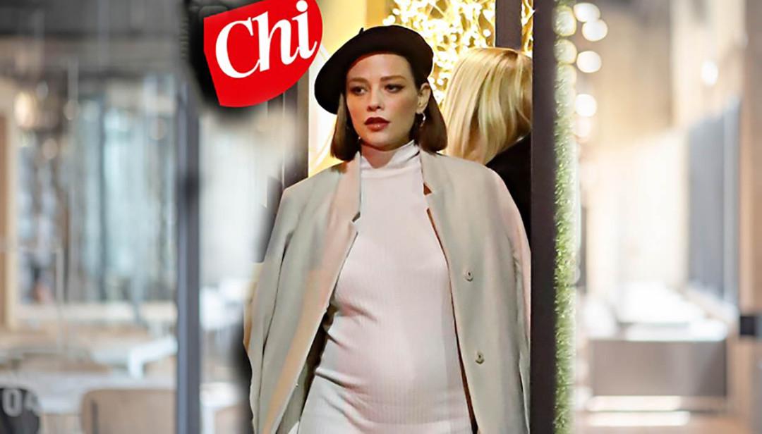 Silvia Provvedi incinta, le prime foto col pancione: «Vorrebbe una femminuccia»