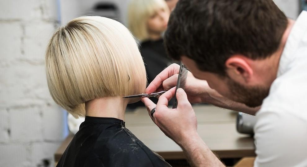 Parrucchieri ed estetisti, aumentano i prezzi: sullo scontrino spunta la tassa covid: «Da 2 a 4 euro»