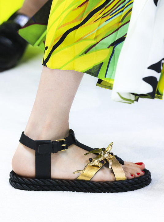 Moda donna, sandali bassi estate 2020: 3 regole per indossarli bene