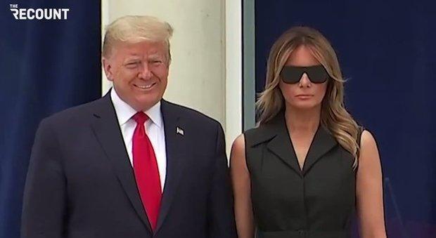 Donald Trump chiede a Melania un sorriso per la stampa: la sua espressione forzata diventa virale