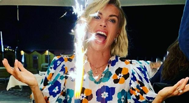 Martina Colombari, festa di compleanno in spiaggia a Riccione: «I miei primi 45 anni»