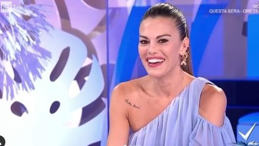 Bianca Guaccero, telefonata in diretta dell'ex fidanzato: «È gelosissima, mi ha lanciato un bicchiere di vino rosso». Imbarazzo in studio