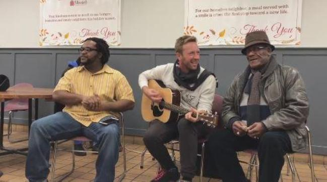 George Michael: Chris Martin dei Coldplay canta Last Christmas