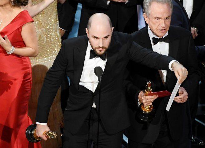 """Oscar 2017, Miglior film """"La La Land"""" anzi no, vince """"Moonlight"""". Ecco come è nata la gaffe"""