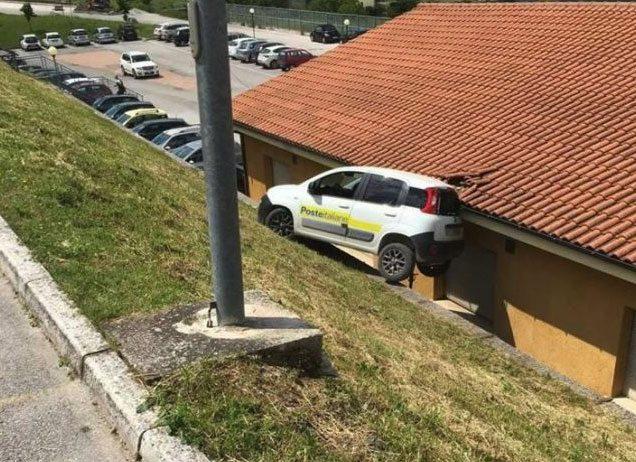 Camerino, le Poste volano...auto finisce sul tetto