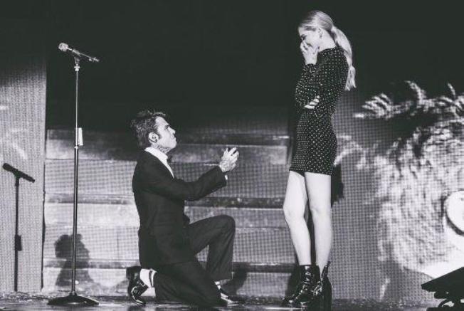 Fedez chiede in ginocchio a Chiara di sposarlo, il video