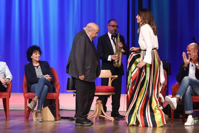 Maurizio Costanzo balla sul palco con Ambra il cha cha cha