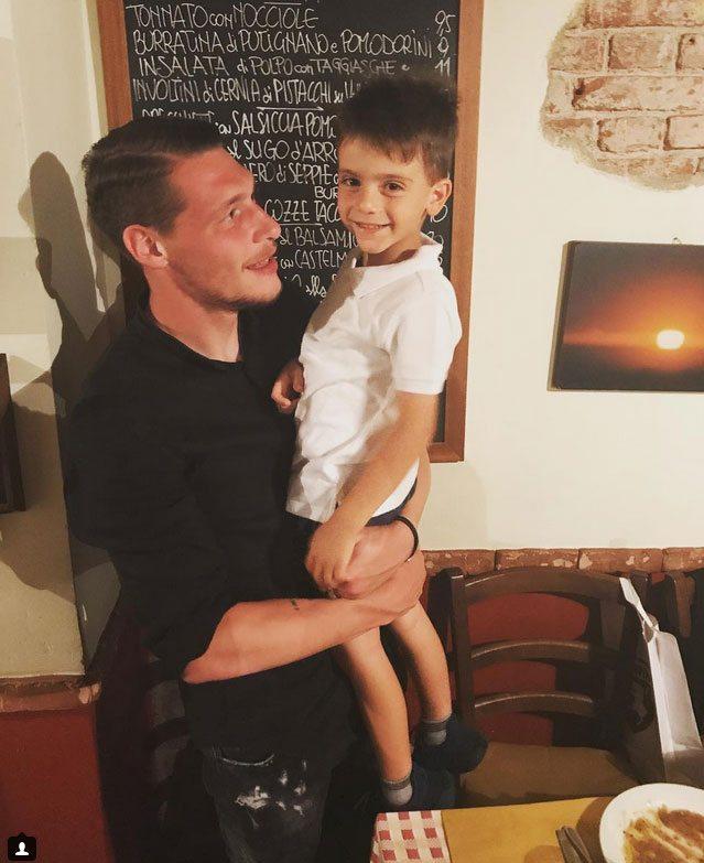 Lorenzo, figlio di Bonucci, felice e sorridente finalmente abbraccia Belotti