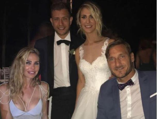 Ilary Blasi e Totti alle nozze di Melory, le foto ricordo con invitati a banchetto