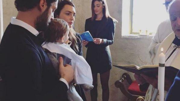 Belen in minigonna sexy al battesimo del figlio dell'amica Antonia: in Rete scoppia la polemica