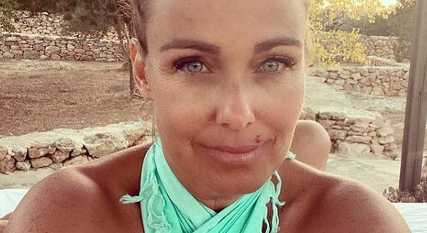 Sonia Bruganelli sbarca a Formentera per le vacanze. Ma un dettaglio fa infuriare i fan: «Non è possibile»