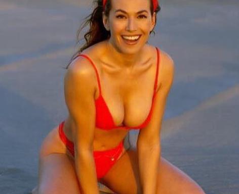 Barbara D'Urso, l'ultimo scatto in bikini rosso fuoco scatena i commenti dei followers: «Ricordi»