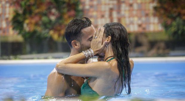 Elisabetta Gregoraci bacia Pierpaolo Pretelli al Gf Vip e arrivano gli