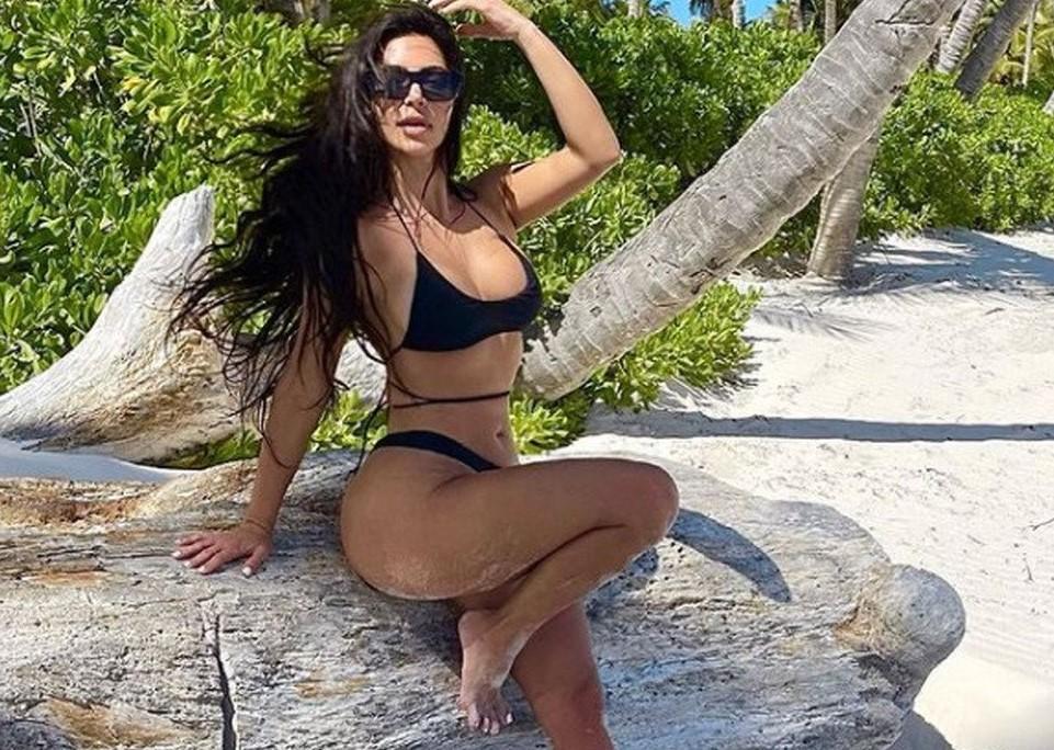 Kim Kardashian, il fotoritocco venuto malissimo: «Piede con solo 4 dita?». Fan increduli