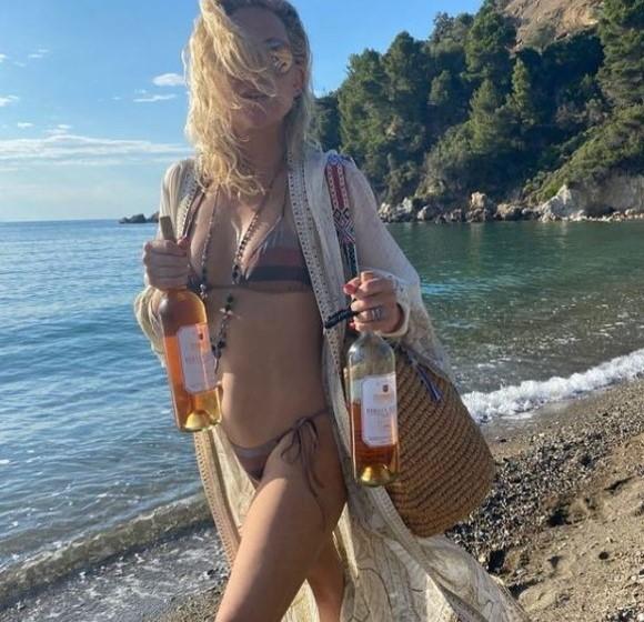 Kate Hudson sfoggia il suo fisico al top in vacanza: con lei anche mamma Goldie Hawn e Kurt Russell