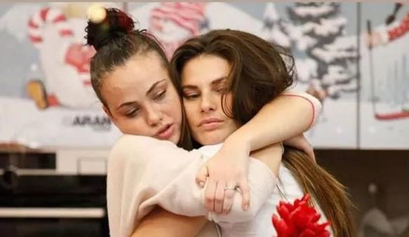 """Dayana Mello molestata a """"La Fazenda�: toccata da un altro concorrente. Rosalinda Cannavò: «È vergognoso!»"""