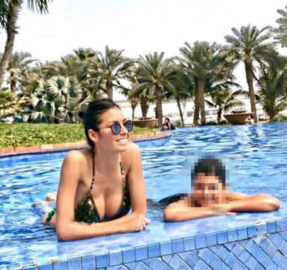 Elisabetta Gregoraci, curve esplosive in bikini