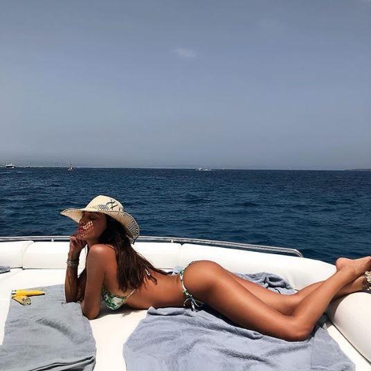 Belen irresistibile a Ibiza in attesa... di Iannone