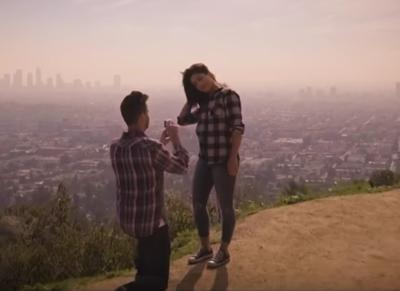 """""""Mi vuoi sposare?"""". La proposta di matrimonio nell'era social è tutta da ridere"""