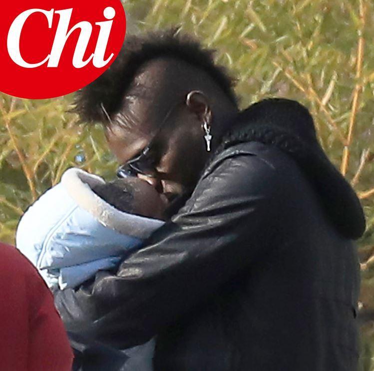 Mario Balotelli, coccole e baci al piccolo Lion