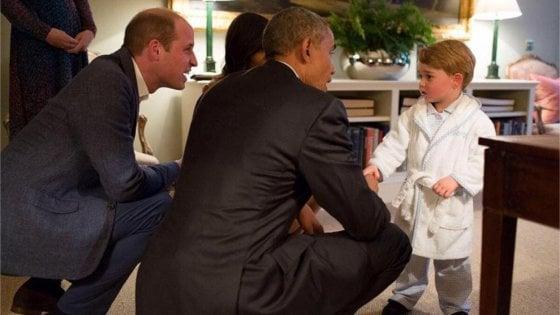 Royal baby, gli auguri di Michelle Obama: «Lo aspettiamo presto per un pigiama party». E posta la foto di baby George in vestaglia