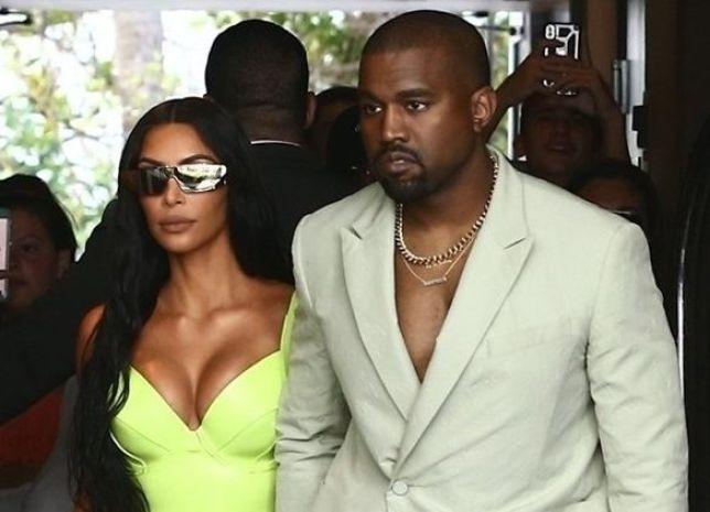 Kanye West si presenta in ciabatte al matrimonio di un amico: ecco la cifra assurda delle pantofole