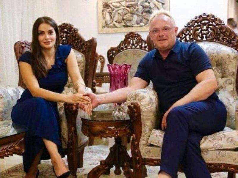 Ministro xenofobo 58enne si innamora di una giovane rifugiata iraniana: la loro storia è un caso