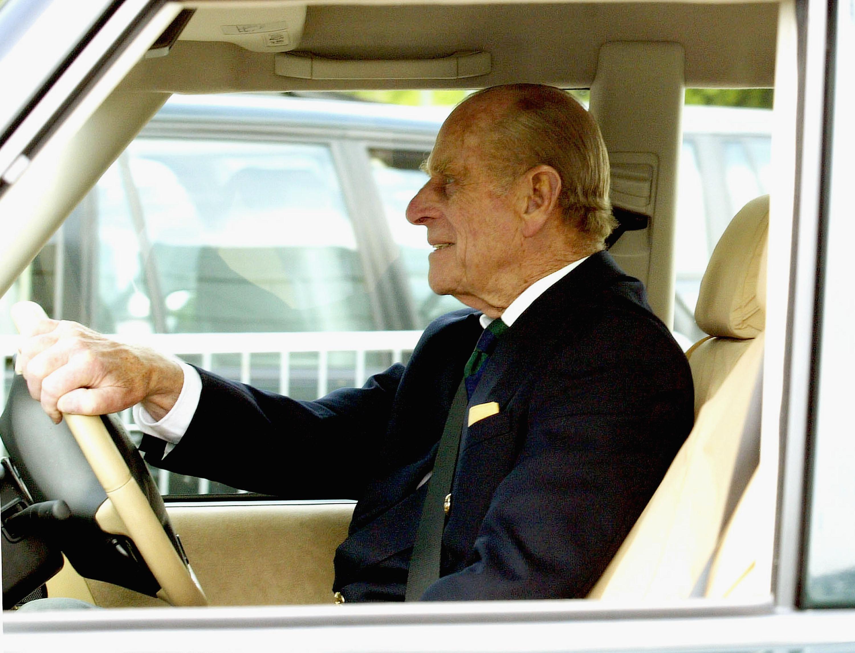 Il principe Filippo si è ribaltato con il Range Rover: il marito della Regina Elisabetta è sotto choc