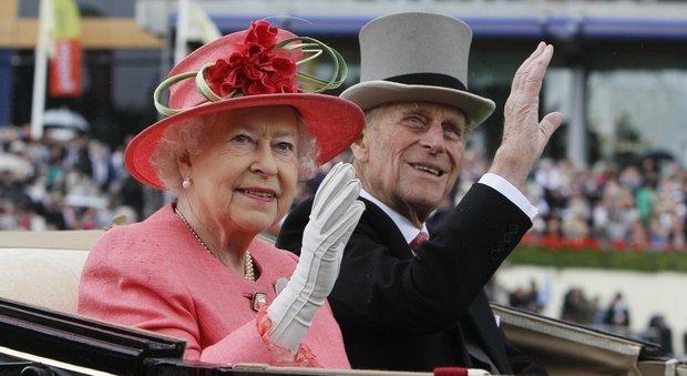 La Regina Elisabetta e il principe Filippo, fu tradimento? Gli indizi in The Crown fanno tremare Buckingham Palace