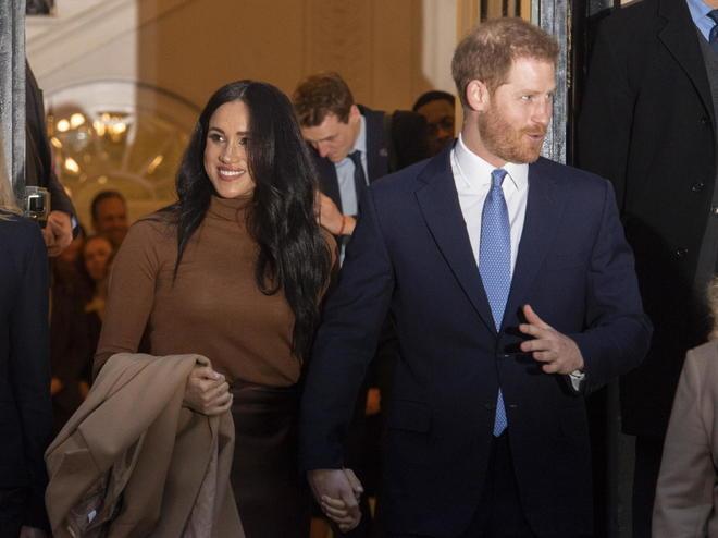 Harry e Meghan, il principe sbarca in Canada. Cittadini infuriati: «Non vi paghiamo». E scoppia lo scandalo «foto pirata»