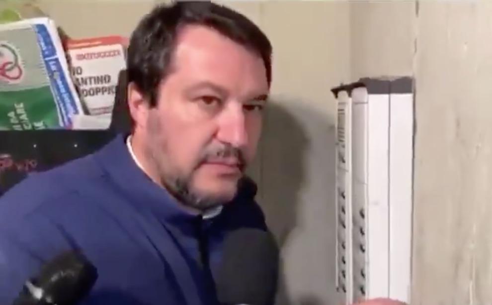 Salvini, danneggiata l'auto della donna che indicava il citofono del tunisino: «Sfondato il parabrezza»