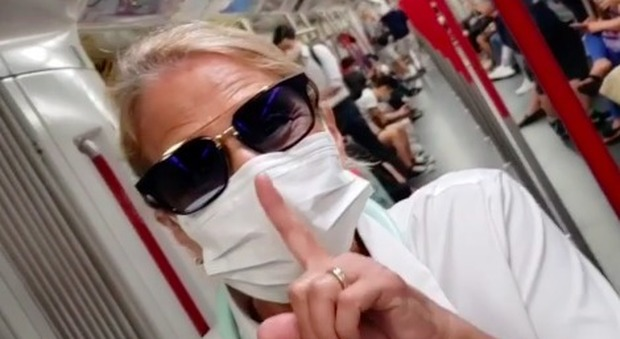Heather Parisi in metropolitana e con la mascherina anti covid: «Preparatevi: si torna dove eravamo, lo avevano promesso»